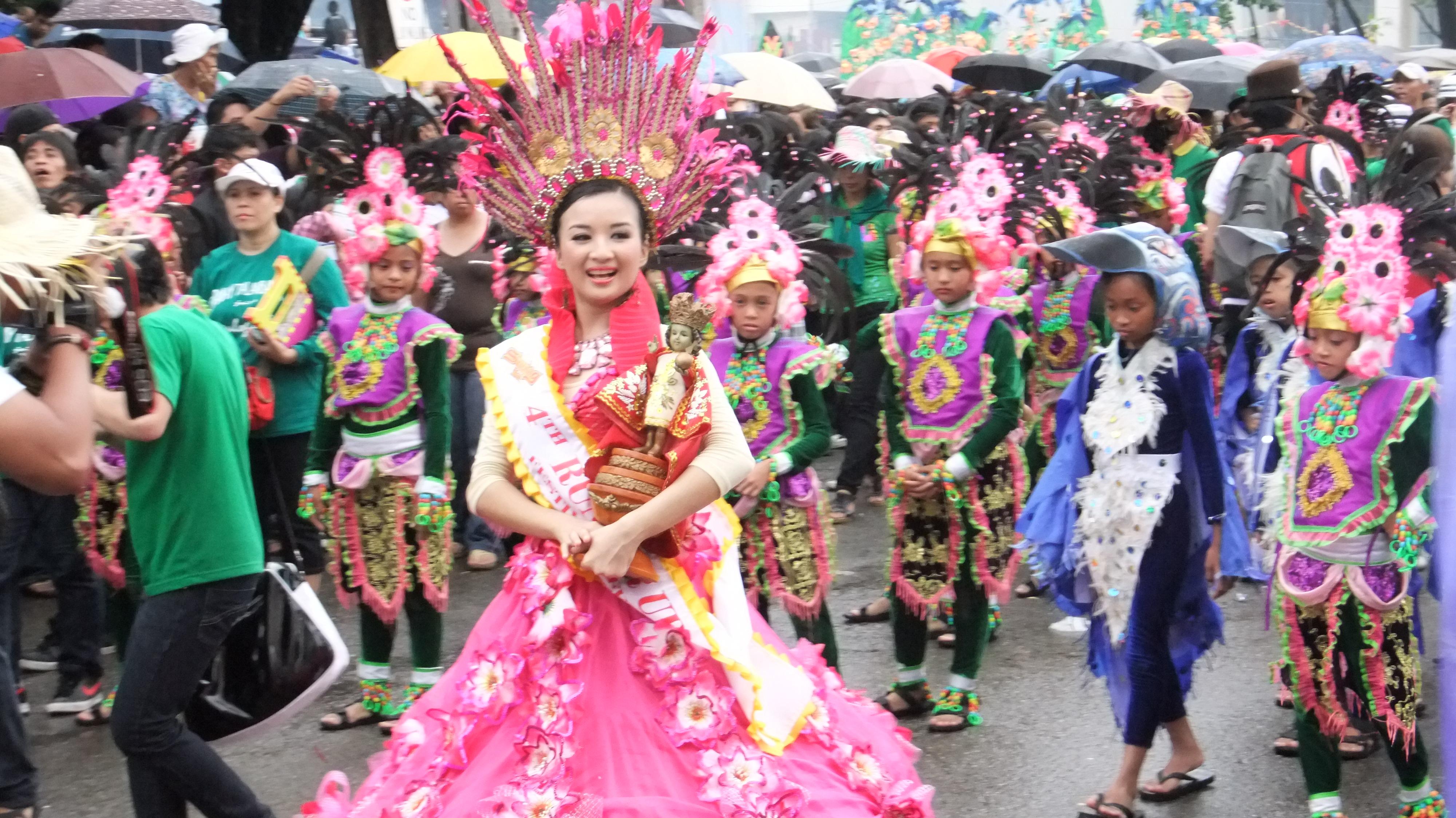 シヌログ祭りのダンサー