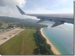 プーケット空港へ到着するエアアジア機
