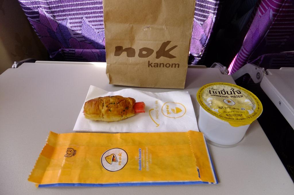 簡単な機内食(この時は、パンと飲料水)が無料で付いている
