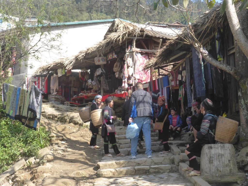 村の中を通る道すがら、土産物屋が並ぶ