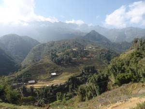 山道を歩いて行くと素晴らしい風景が広がる