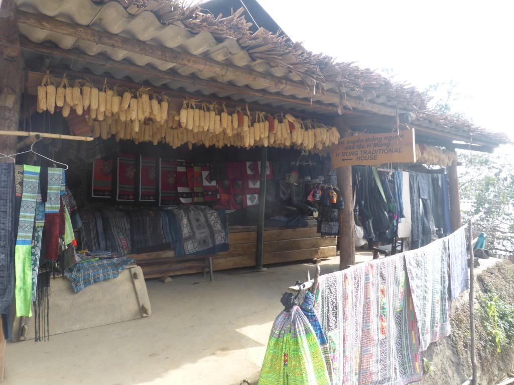 少数民族の住む民家がそのまま展示物となっている