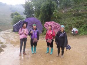 少数民族の村を訪れる