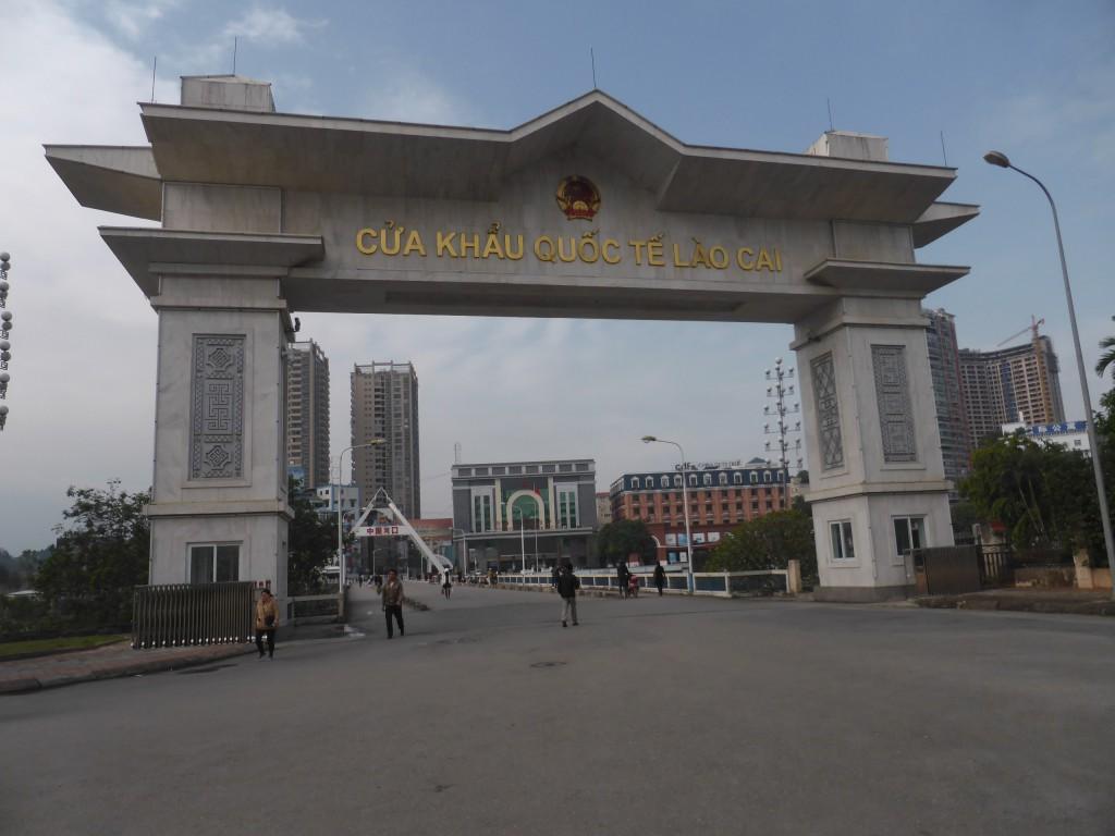 中国との国境のホン河(紅川)にかかる橋にある国境ゲート