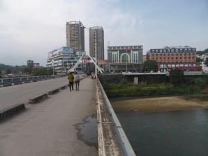 中国側から国境の川を渡る