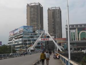 ベトナムから中国へ国境の川を渡る