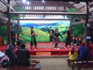 ハムロンの丘で民族舞踊を楽しむ(2)