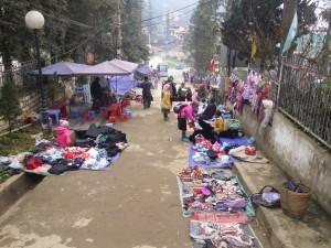 路上に溢れる少数民族の露店