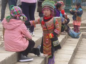 小さいころから物売りをさせられている少数民族の子供