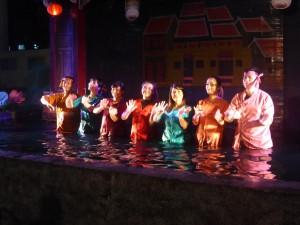水上人形劇の演者