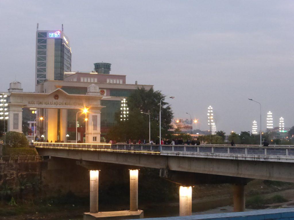 橋の向こうに見えるベトナムの建物が中国に比べ貧弱に見える