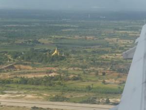 マンダレー空港へ着陸するエアーアジア機