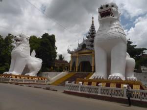 2頭の白いライオンが守る参道入口