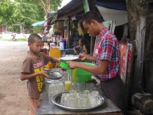 サトウキビジュースを作る少年