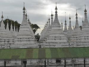 白亜の仏塔が並ぶサンダムニパヤー