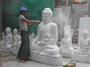 大理石から仏像に仕上げる職人