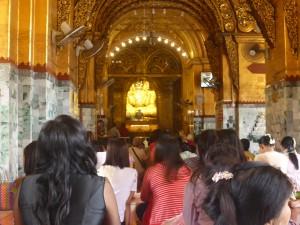 マハムニ仏像にお参りする女性信者