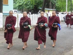 托鉢から戻ってくる修業僧侶