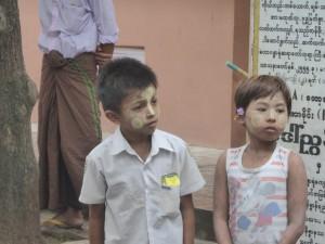 化粧品タナカを付けた子供達