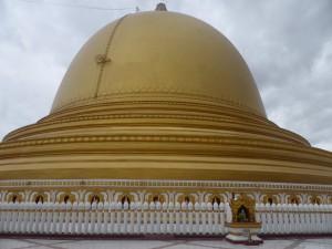 仏塔の周囲には小さな石柱が配置されている