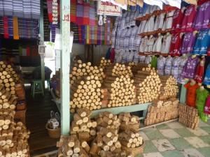 参道に並ぶ店ではタナカが売られている