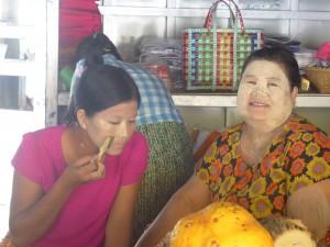 寺院でタナカを売る女性