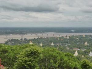 ザガインヒル頂上からエーヤワディ川を眺める