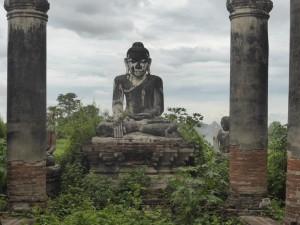 ヤダナーシンメ寺院の仏像