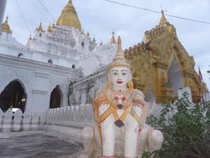 チャウットーヂー寺院を守るマヌーティア