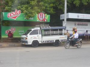 ミャンマーの乗合自動車ピックアップ