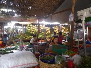 野菜、果物を売る店が並ぶ