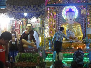 仏像と一緒に祀られている地元の聖人