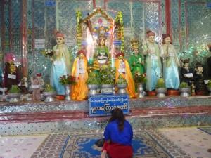 土着宗教ナッ神の像