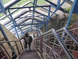 頂上への階段は急なところも