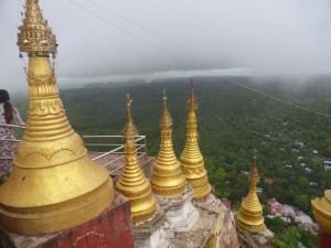 頂上に着くと金色の仏塔が