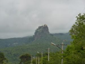 遠くから見るポッパ山