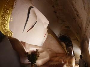 マヌーハ寺院の涅槃像
