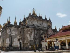 箱形の寺院マヌーハ寺院