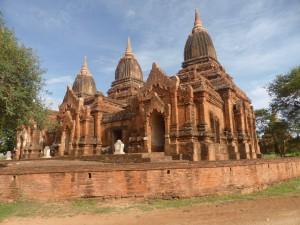 3つの仏塔が連結したパヤートンズー寺院