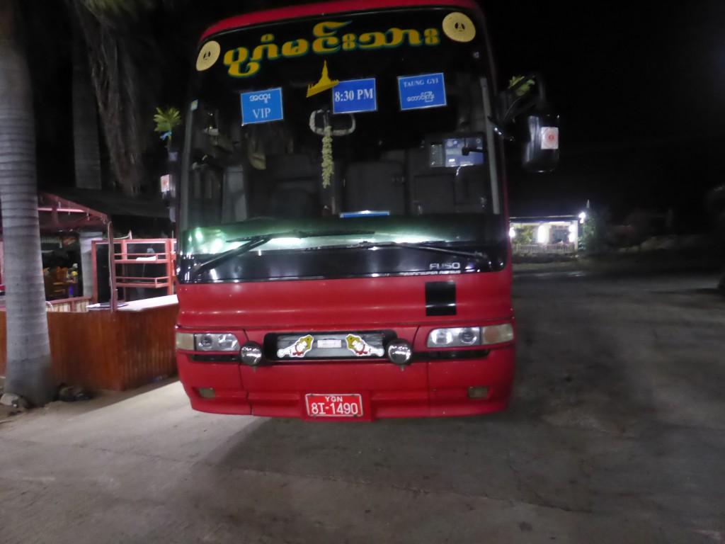 Bagan Prince社の VIPバスでインレーへ