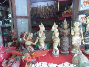 ミンガラーマーケットで見かけた木彫り人形