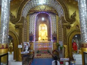 本堂に安置されている黄金の仏像