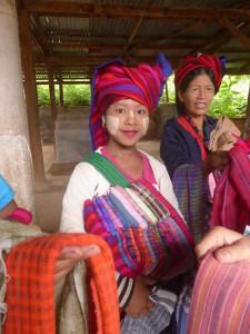 参道で土産物を売る少数民族