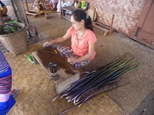 ロータスの茎から繊維を作る工程