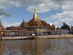 湖上の巨大な寺院ファウンドーウーパヤー