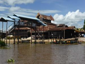 湖上に建つガーペー僧院