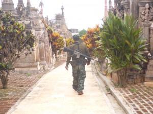 カックー遺跡を警備するパオ族の兵士