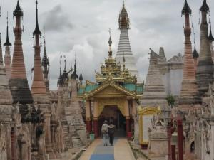 紀元前に造られたと言われる中央の白い仏塔