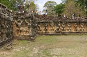象のテラス外壁のガルーダの彫刻