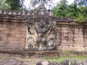 門壁に刻まれたガルーダの彫刻